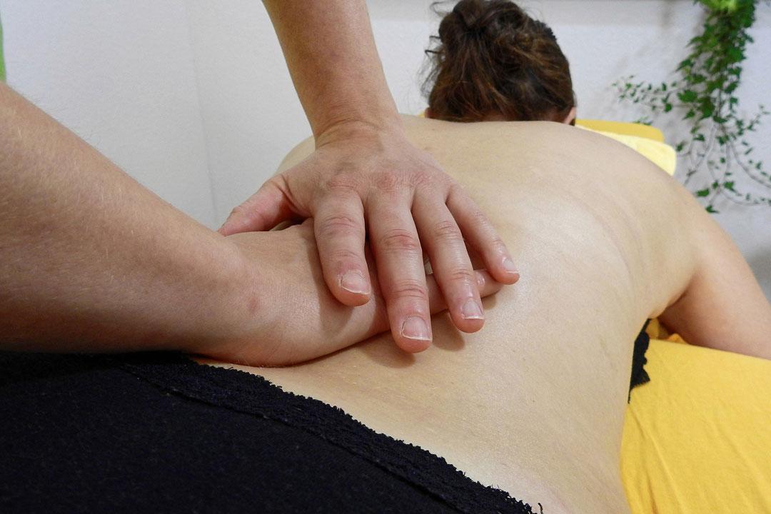 Gerade im Bereich der Rückenbehandlung und bei langzeitigen Fehlstellungen kann der Körper nämlich recht empfindlich auf Korrekturen reagieren.