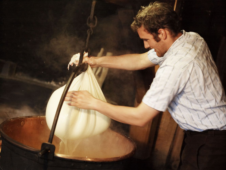 Alpgeschichten Simon beim Käsen