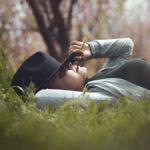 Eine Frau erholt sich schlafend im Freien