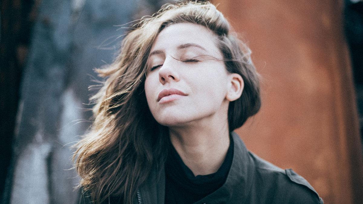 Eine junge Frau möchte im Freien richtig Atmen