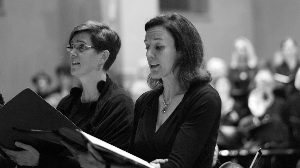 Umgang mit Ärger: Zwei Frauen singen in einem Chor