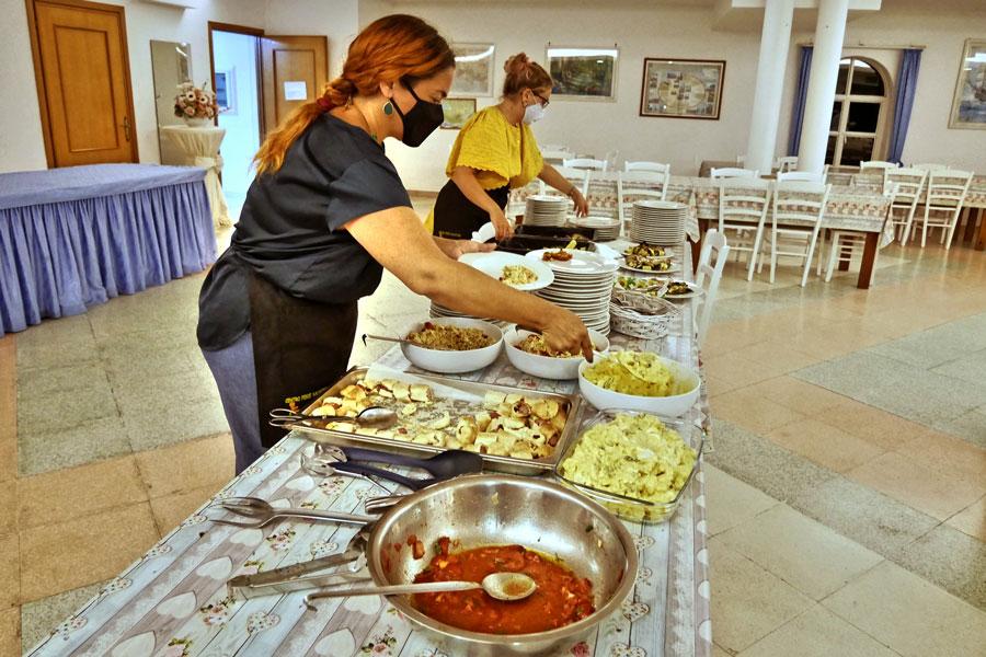 Angestellte bereiten die Speisen für die Verpflegung vor