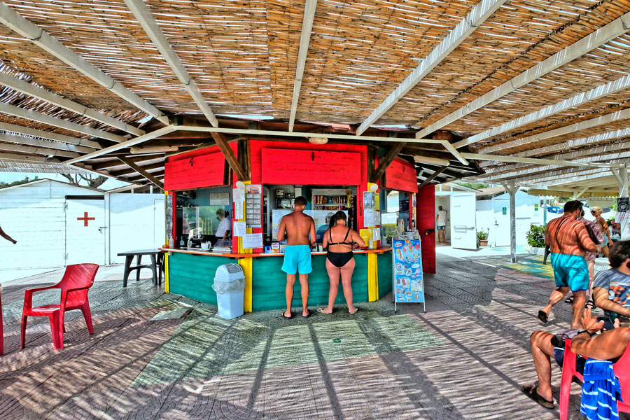 Blick in den gedeckten Kiosk, der den Rollstuhlurlaub noch angenehmer macht