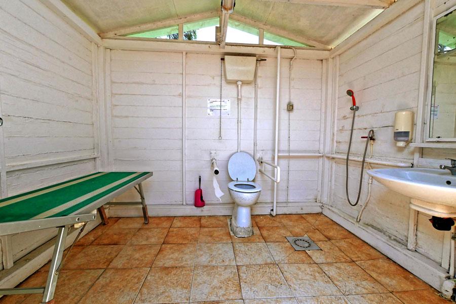 Einblick in die rollstuhlgerechten Toilette am Starnd