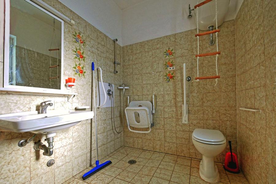 Blick ins Badezimmer, das rollstuhlgerecht ausgestattet ist, damit dem Rollstuhlurlaub nichts im Wege steht