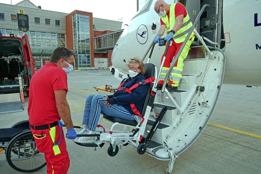 Eine Rollstuhlfahrerin wird beim Boarding geholfen.