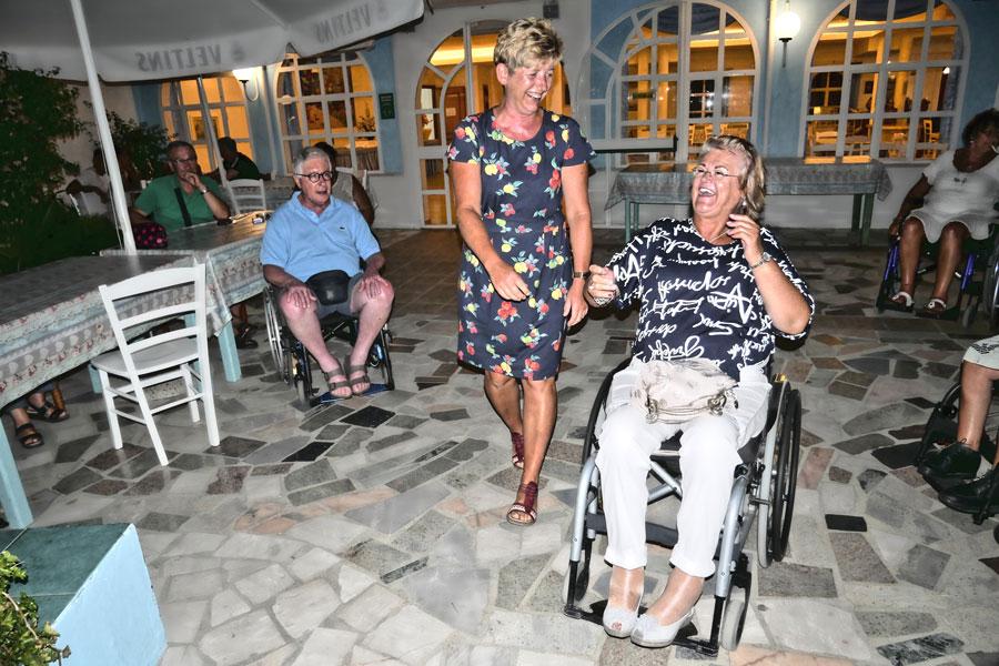 In einem Strandlokal tanzen die Urlauber im Rollstuhl