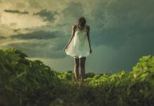 Der Traum von ewiger Jugend: eine junge Frau im Grünen