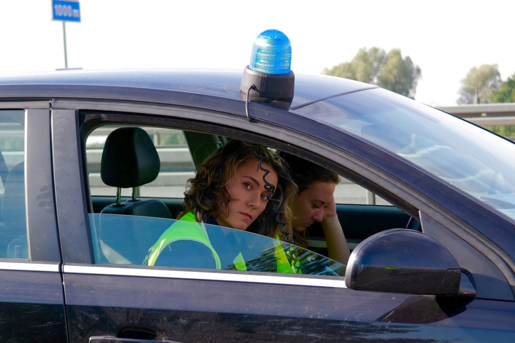 Zwei Polizistinnen im zivilen Polizeifahrzeug
