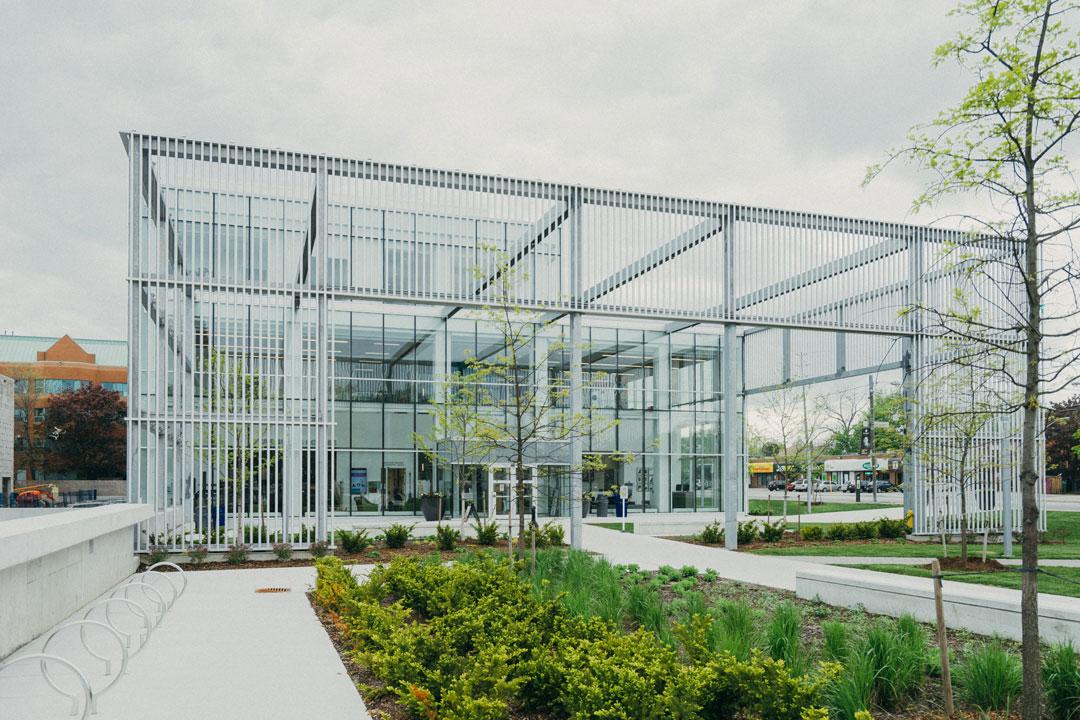 Modernes Bürogebäude mit Blick ins Freie fördert die Kreativität und sorgt für Entspannung.