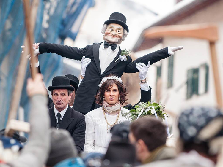 Beim traditionellen Egetmann Umzug in Tramin wird der Winter vertrieben. Er gehört zu den ältesten und bekanntesten Fastnachts-Traditionen Südtirols und findet in jedem ungeraden Jahr statt.