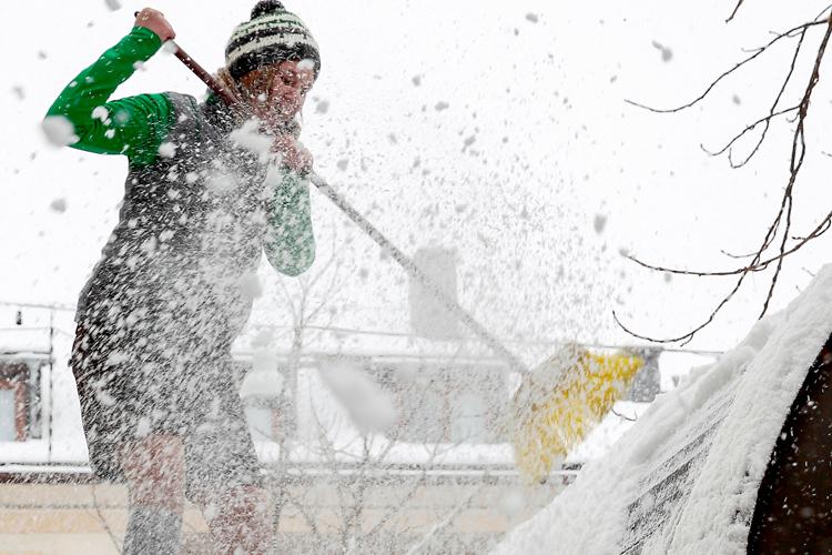 Schneeschaufeln mit richtiger Kleidung