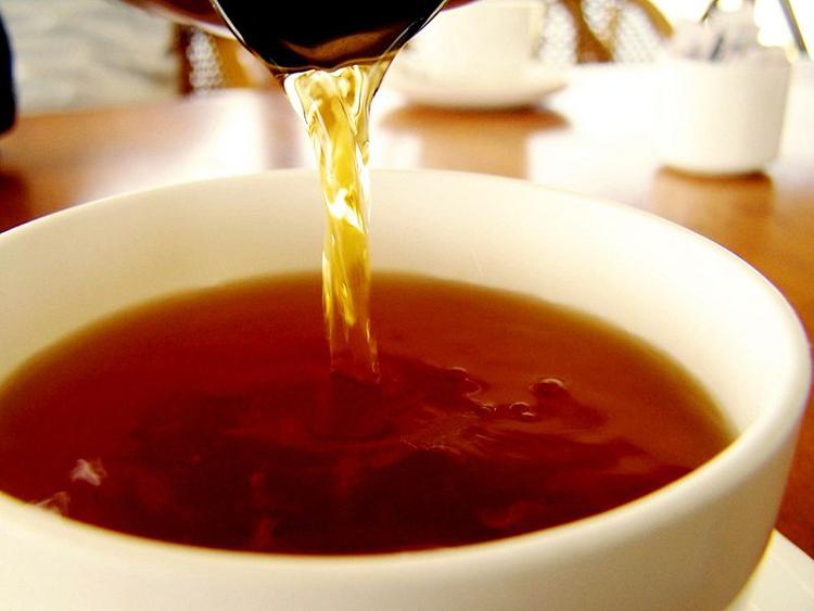 Totales Wasser mit Wasser und Tee