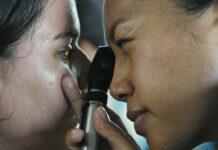 Augenärztin untersucht trockene Augen