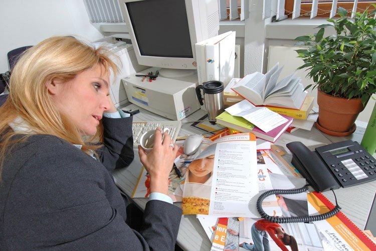 Gestresste Frau am Arbetsplatz
