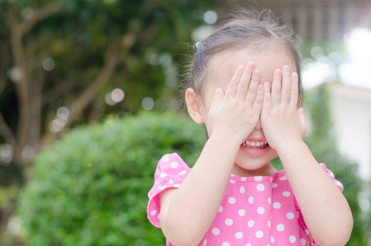 Kind macht Augen zu: Du siehst mich nicht