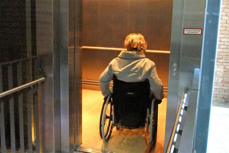 Ein Fahrstuhl im Schloss Herrenchiemsee von König Ludwig II. führt in die oberen Etagen