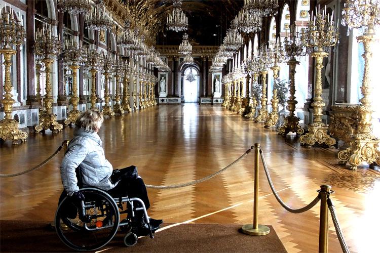 Mit dem Rollstuhl zur Spiegelgallerie im Schloss Herrenchiemsee