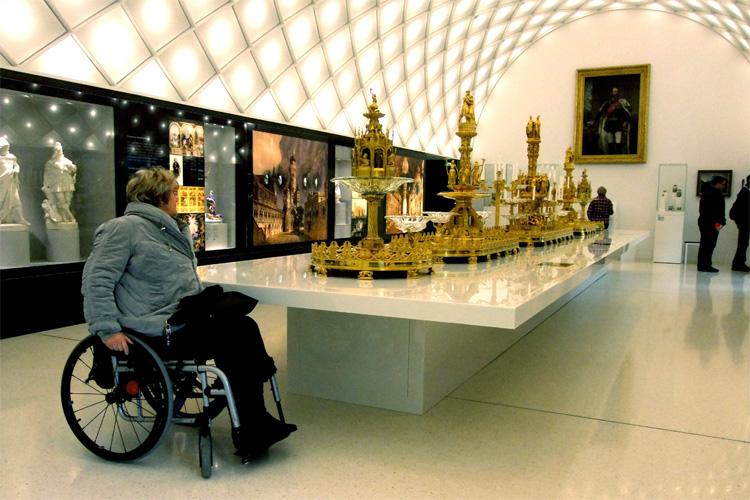 Mit dem Rollstuhl im Inneren des Schloss Neuschwanstein