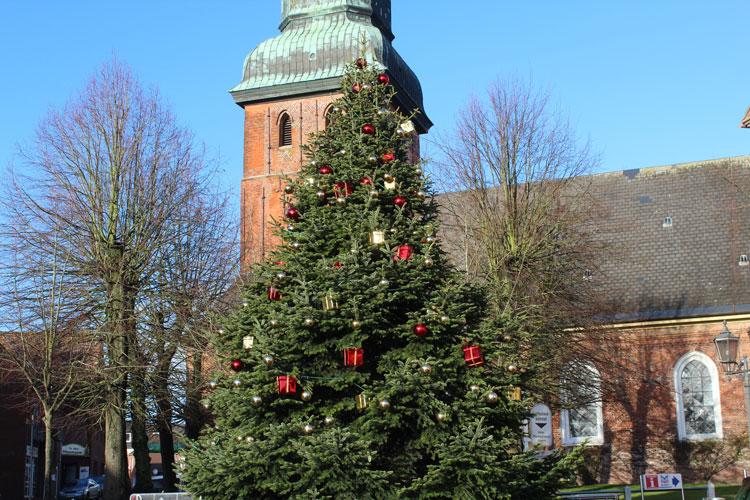 Christbaum vor Kirche