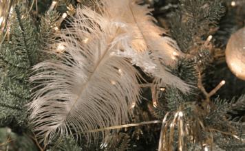 Geschmückter Christbaum mit Feder und Kugeln