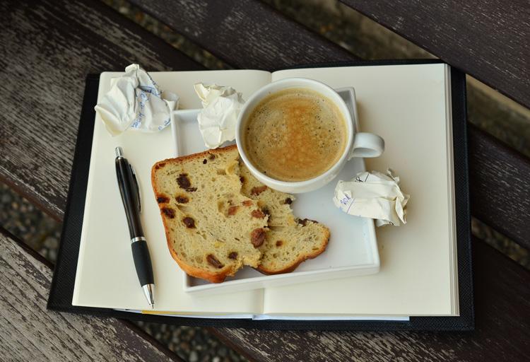 Teller mit Kaffee und Kuchen