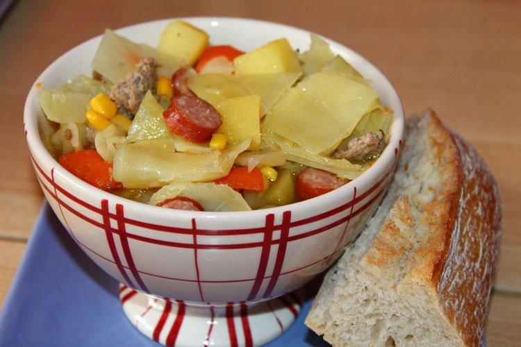 Weisskohl-Suppe mit Zutaten