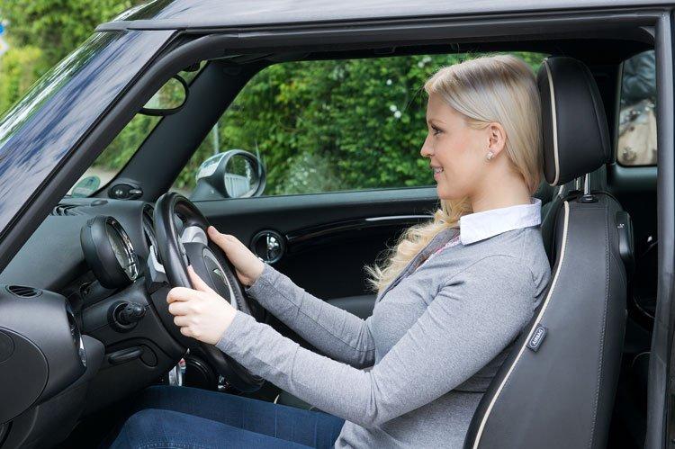 Pendlerin sitzt entspannt im Auto