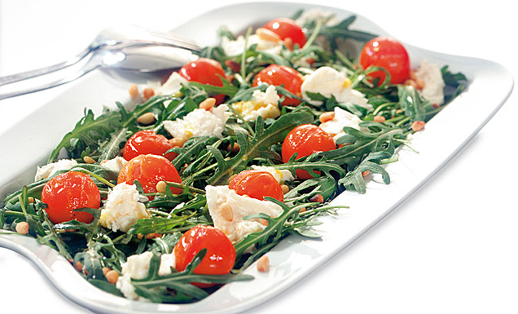 Warmer Tomaten-Rucola-Salat mit Mozzarella