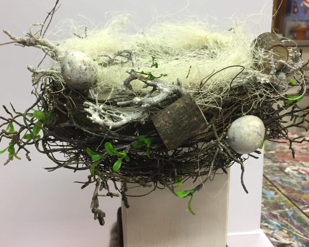 Eier werden an die Osterdekoration geklebt