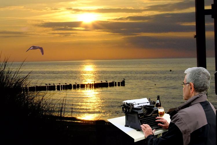 Kurt mit seiner alten Rheintal-Borsig-Schreibmachine