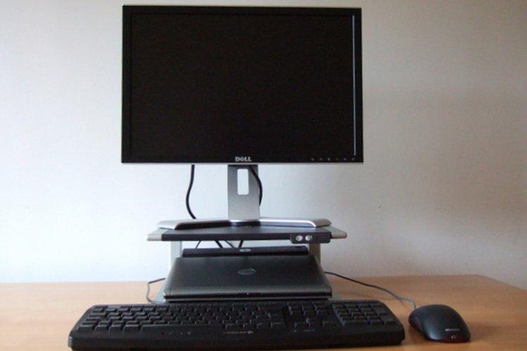 Laptop mit Docking-Station und Bildschirm