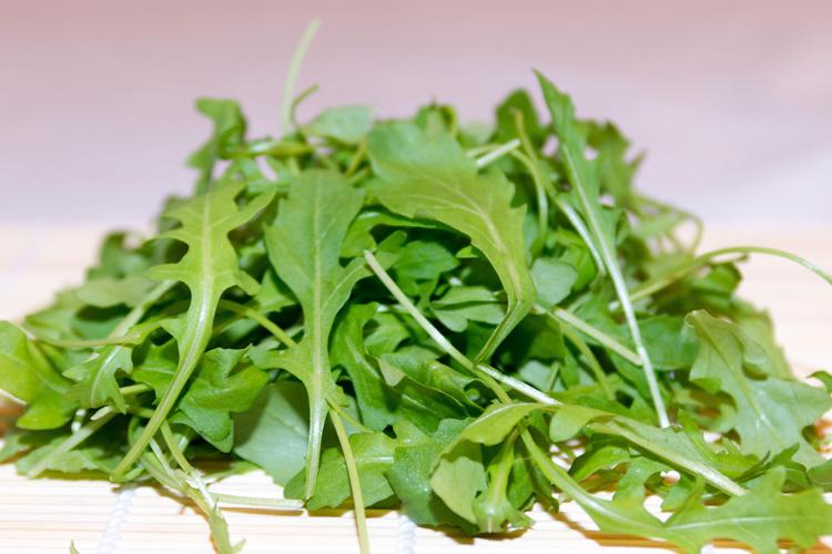 Rucola-Salat geschnitten