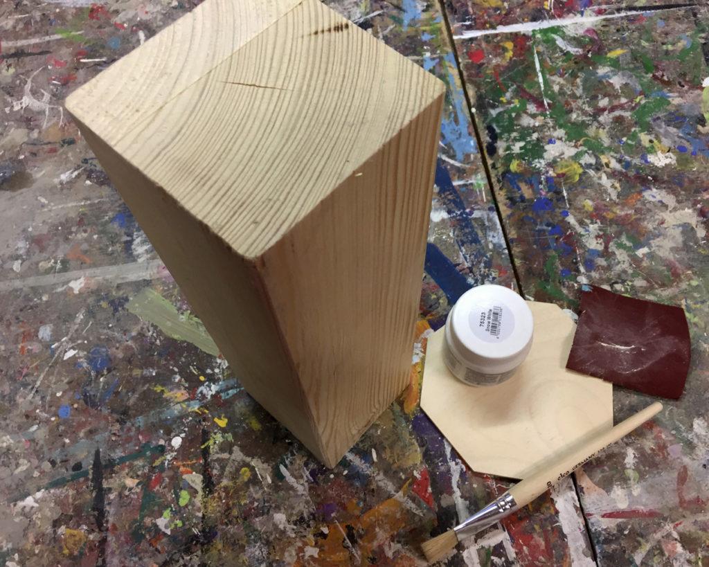 Das Vierkantholz wird abgeschliffen
