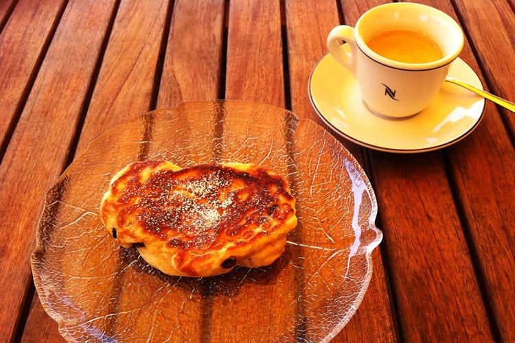 Struwen mit Kaffee auf einem Tisch