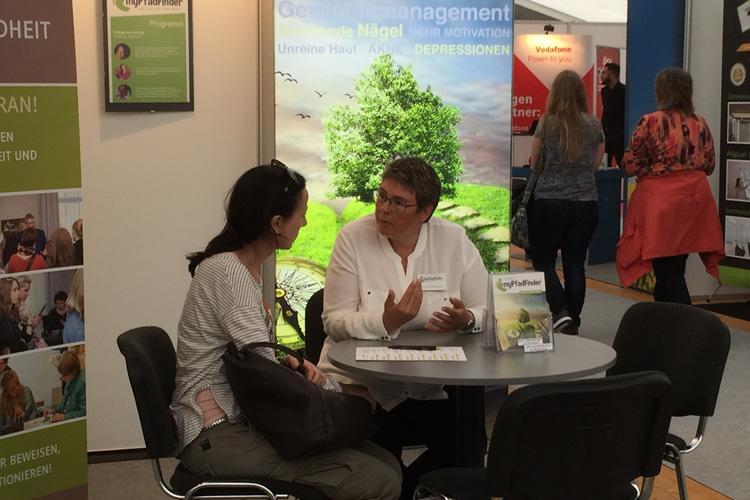 Andrea Rothenberger im Gespräch mit einer Besucherin an der Messe mir 2017 in Memmingen
