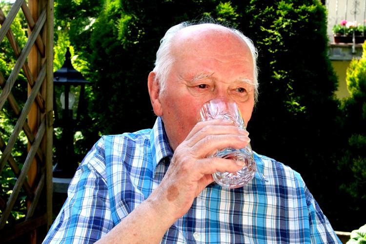 Mann trinkt ein Glas Wasser