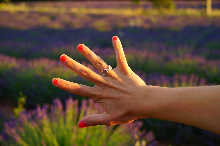 Brüchige Fingernägel sind ein Zeichen von Übersäuerung
