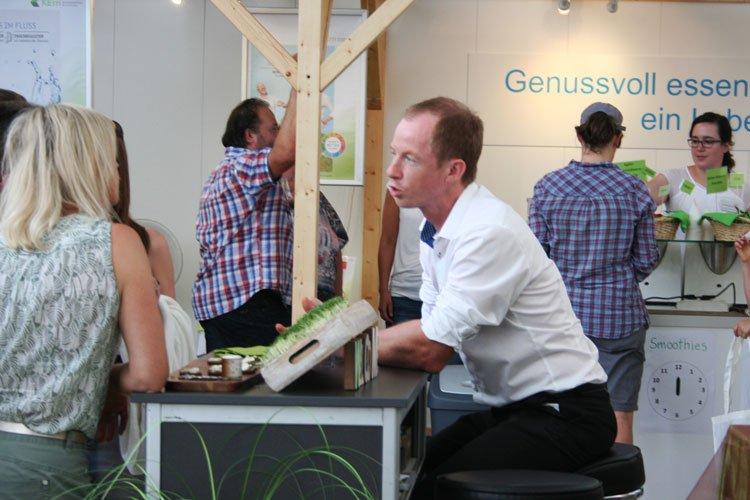 Gespräch mit Besucherin an der MIR Kaufbeuren 2017