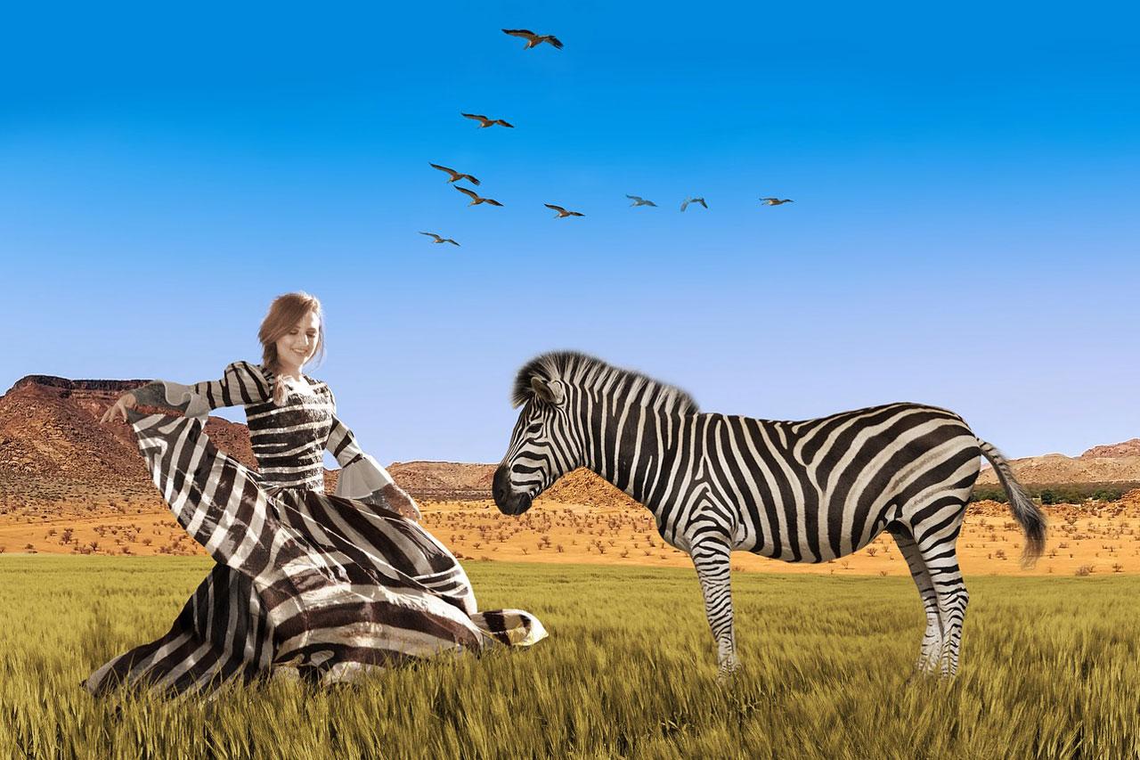 Zebra mit Frau im Zebrakleid