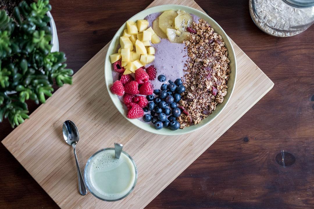 Ein Teller mit verschiedenen Lebensmittel die den Körper entgiften