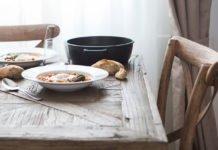 Suppe auf dem Küchenstisch