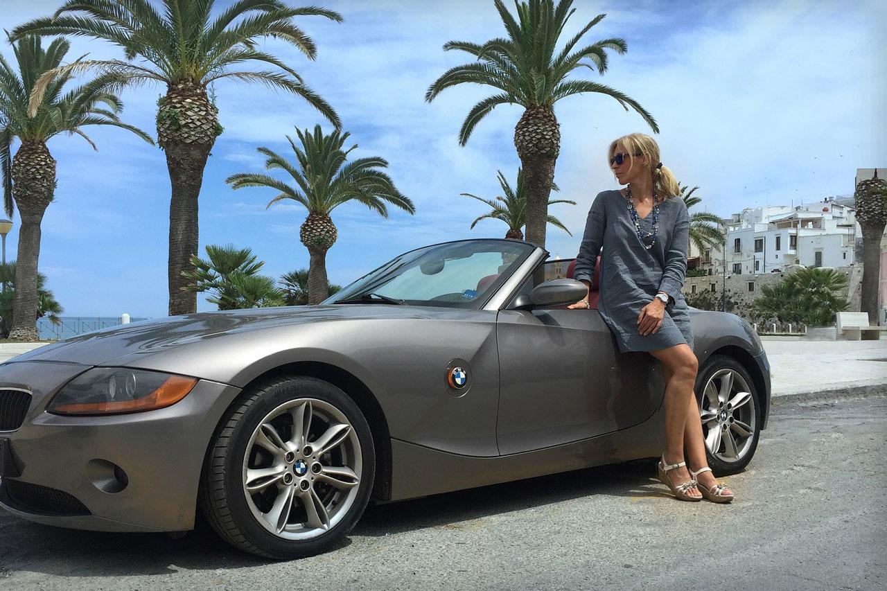 Ziele setzen - Frau mit Sportwagen am Strand