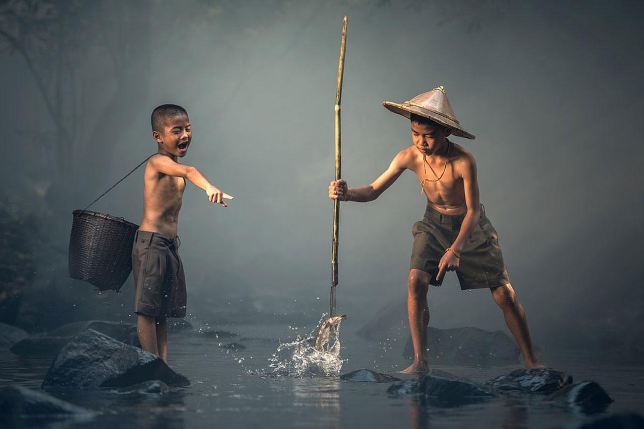 Zwei Burschen beim Fischen