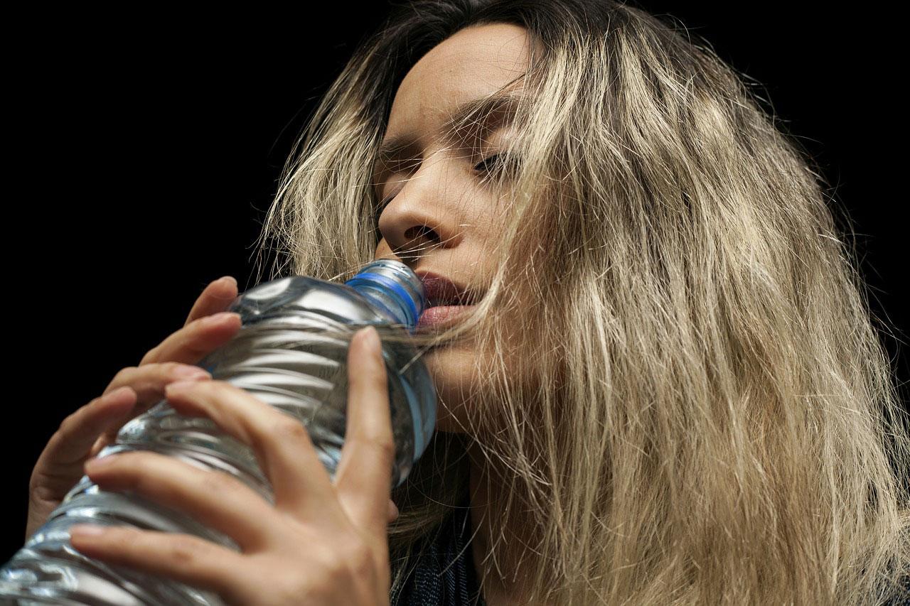 Wasser aus der Flasche trinken