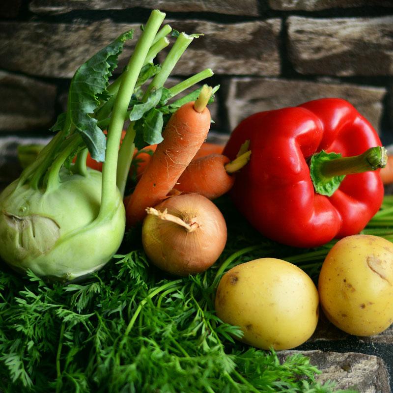Gemüse auf Natursteinen