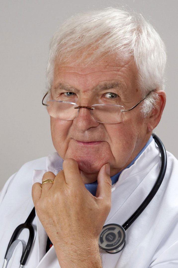Älterer Arzt strahlt Seriosität aus