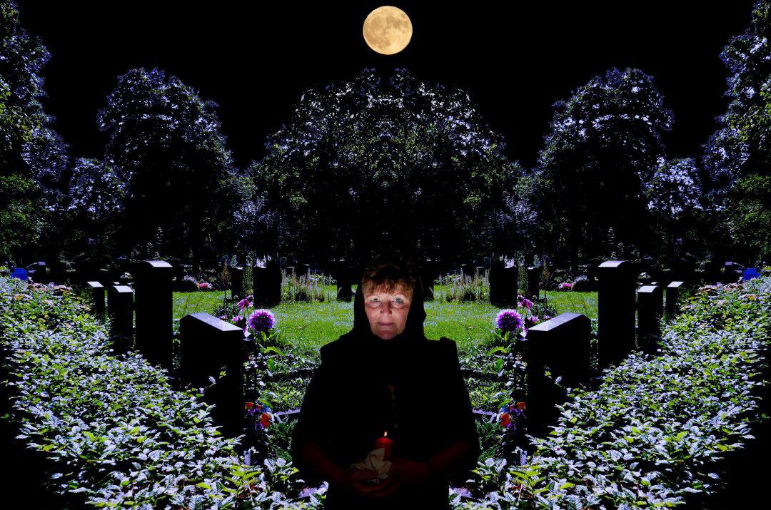 Frau in der Nacht auf dem Friedhof