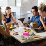 Teambesprechung am Tisch im Büro