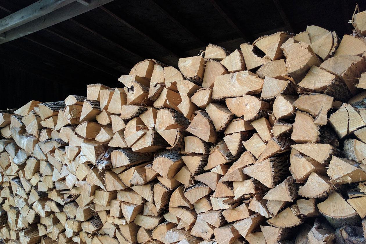 Holzbeige mit gehackten Holz
